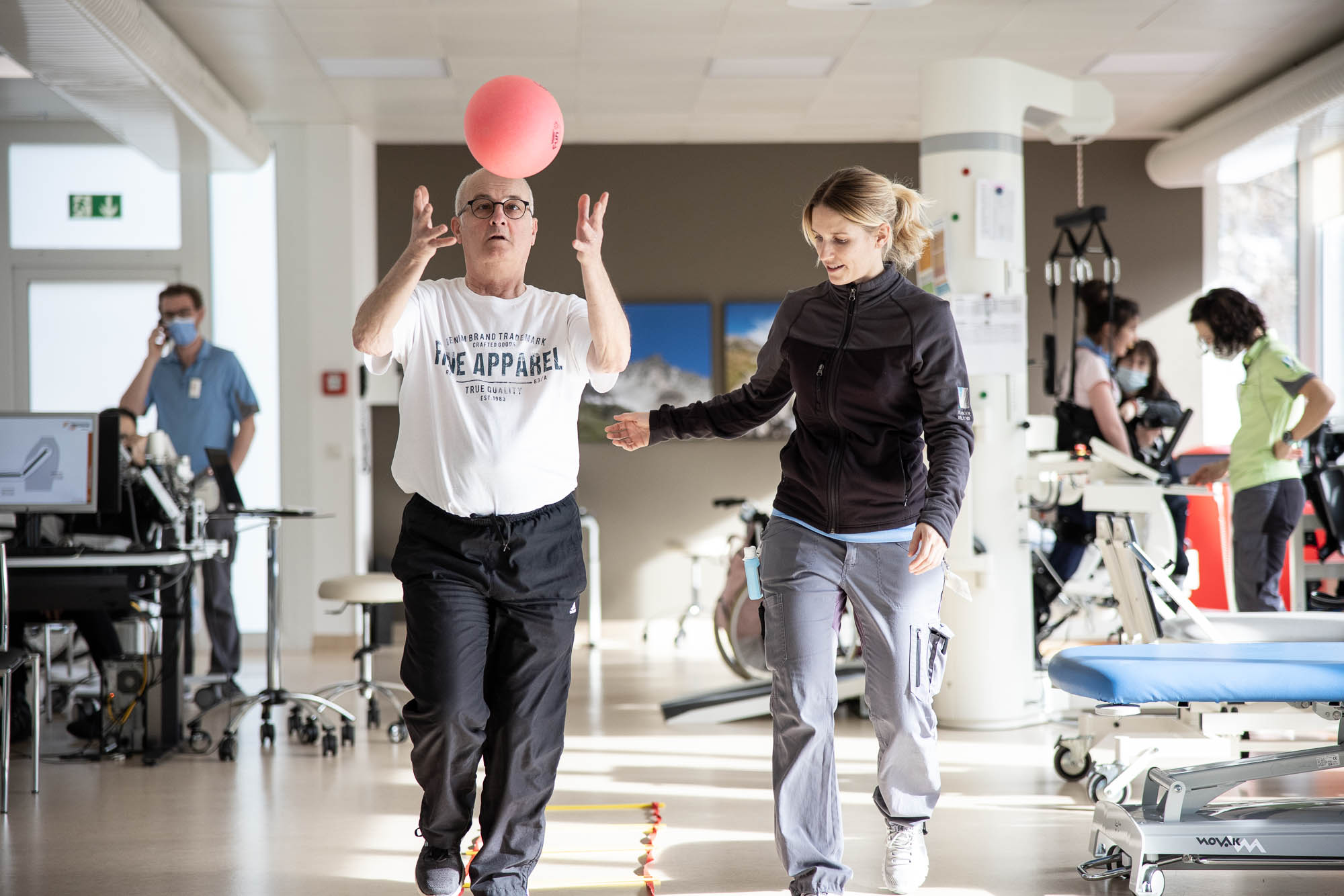 Patient mit Therapeutin in der Rehabilitation