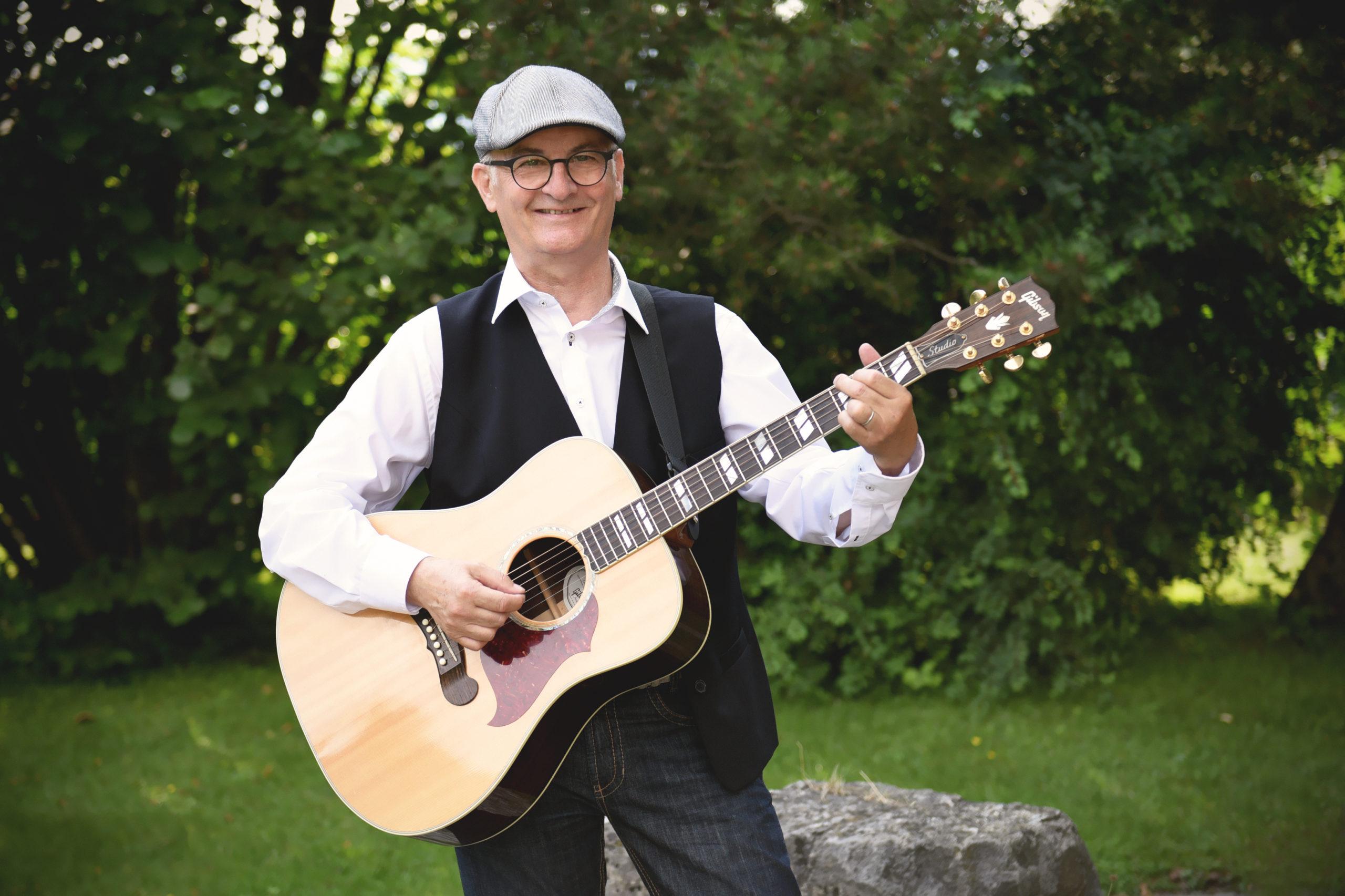 Daniel Rüegg mit Gitarre